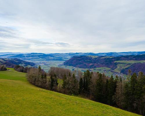 Villa umgeben von Wäldern und Bergen