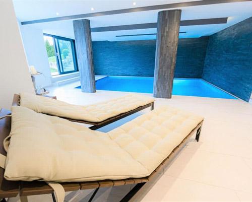 Poolbereich einer wunderschönen Villa in den Bergen nahe Bern